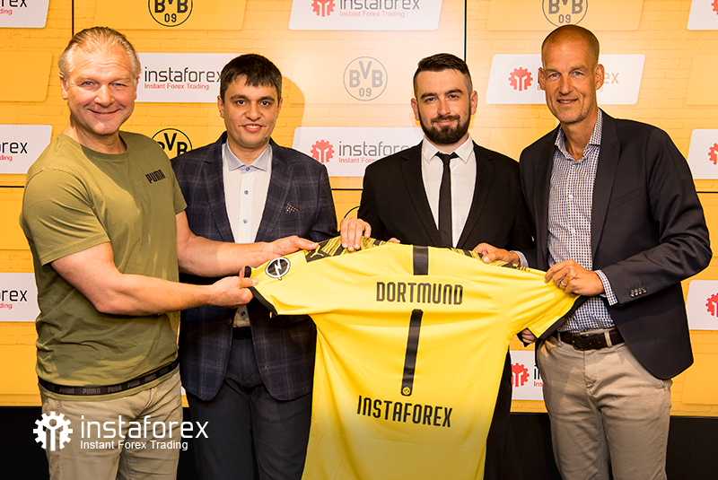 The legend of Borussia Dortmund Wolfgang de Beer,  Business Development Director for InstaForex Pavel Shkapenko, InstaForex  Business Development Director for Asia Roman Tcepelev and CEO of Borusssia Carsten Cramer hold the symbolic Borussia-Instaforex jersey.