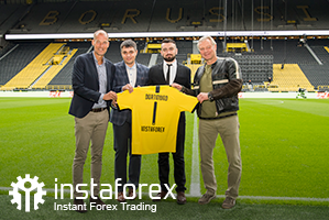 The legend of Borussia Dortmund Wolfgang de Beer,  Business Development director for InstaForex Pavel Shkapenko, Business development director of InstaForex for Asia Roman Tcepelev and CEO of Borusssia Carsten Cramer hold the symbolyic Borussia-Instaforex jersey in front of the pitch of Singal Iduna Park Stadium